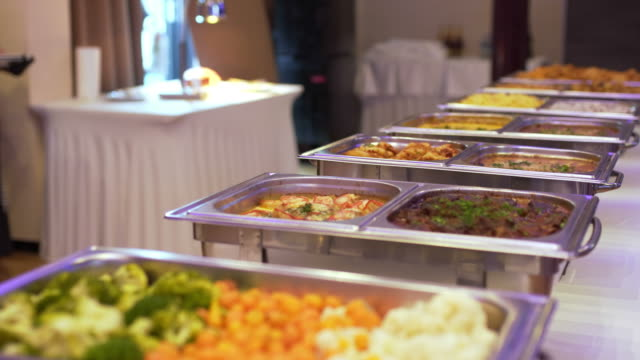 vídeos de stock, filmes e b-roll de restauração interior buffet comida no restaurante de luxo. - almoço
