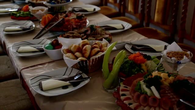 decorazione del set da tavolo per il catering - full hd format video stock e b–roll