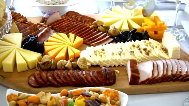 ケータリング食品の結婚式のイベントテーブル - テーブル 無人のビデオ点の映像素材/bロール