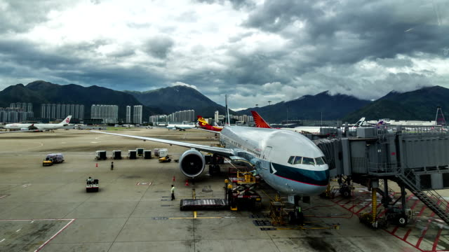 cathay pacific boeing lädt gepäck im flughafen hongkong. fullhd timelapse - august 2016, hongkong - asphalt stock-videos und b-roll-filmmaterial