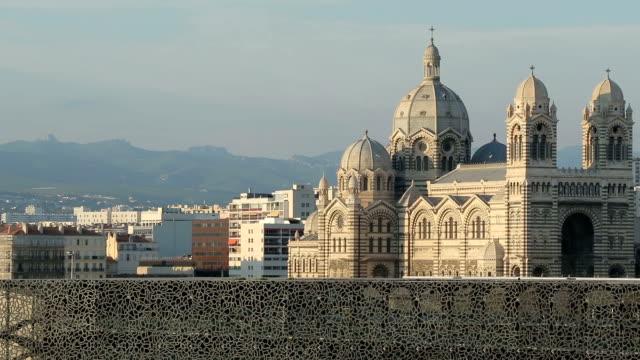 stockvideo's en b-roll-footage met kathedraal la major en de mucem, marseille, frankrijk - marseille