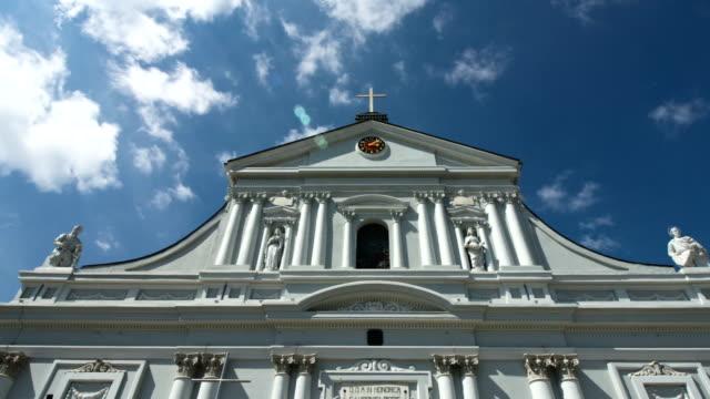 собор низкий широкий угол и облаками голубое небо концепция религии вера - верующий стоковые видео и кадры b-roll