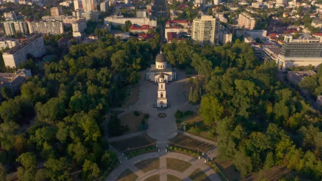 cathedral park in chisinau, moldova - молдавия стоковые видео и кадры b-roll