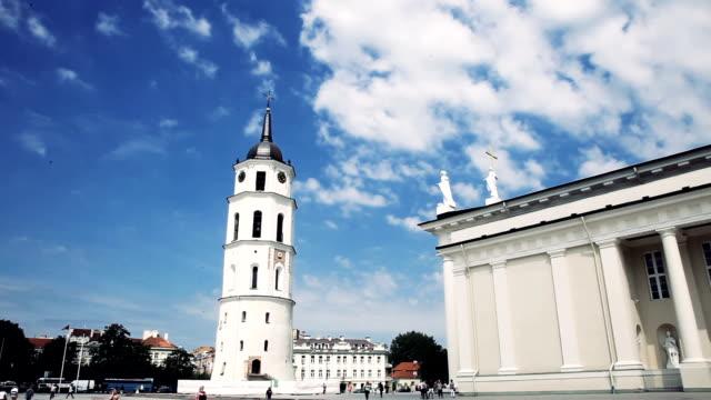 cathedral square im stadtzentrum von vilnius - litauen stock-videos und b-roll-filmmaterial