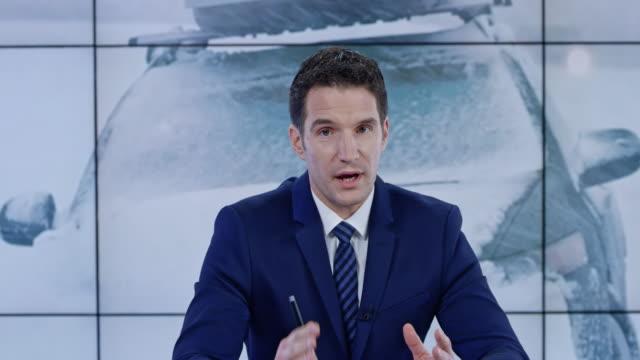 vídeos de stock, filmes e b-roll de âncora de caucasiano ld apresentando as últimas notícias sobre as condições de tempo severo - história