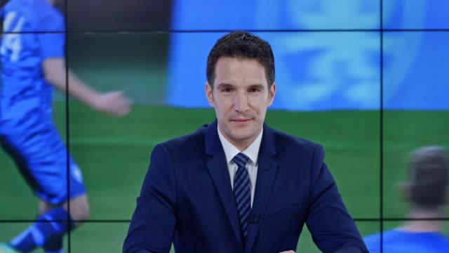 vídeos de stock, filmes e b-roll de âncora de caucasiano ld apresentando as últimas notícias de esporte - esporte