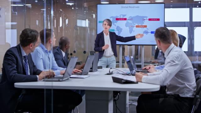 ds 白人ビジネス女性ガラスの会議室でプレゼンテーションをリード - 牽引点の映像素材/bロール