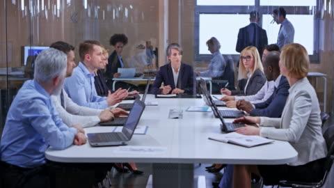vídeos y material grabado en eventos de stock de mujer de negocios caucásico de ds con el pelo oscuro lleva una reunión en la sala de vidrio - negocio corporativo