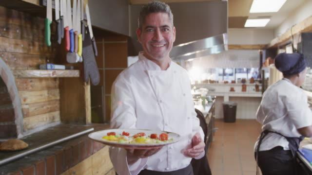 Kaukasischer Koch zeigt sein Gericht – Video