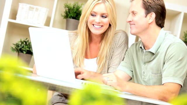 vídeos y material grabado en eventos de stock de caucásica pareja feliz con su planificación financiera - planificación financiera