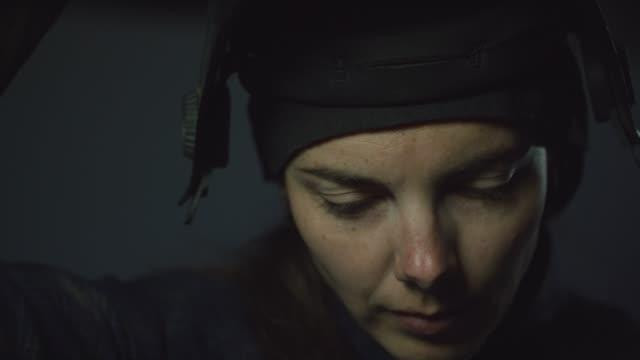 vídeos de stock, filmes e b-roll de uma fêmea caucasiano em seus thirties põr sobre sua máscara e soldas de soldadura - soldar
