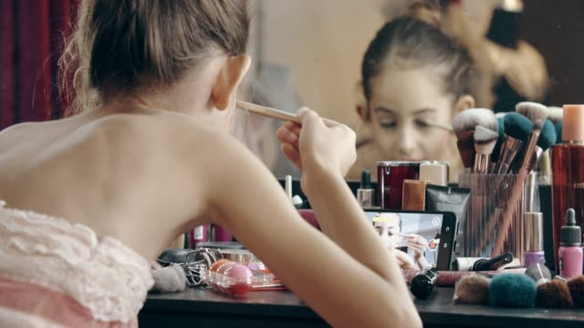 caucasian girl blogger making make-up tutorial - kosmetyczka praca w salonie piękności filmów i materiałów b-roll