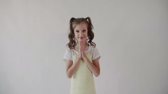 stockvideo's en b-roll-footage met kaukasisch meisje schreeuwt van vreugde en klapt vrolijk haar handen. geïsoleerd. - paardenstaart haar naar achteren