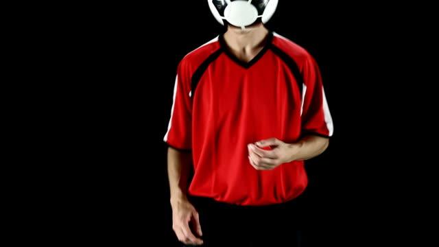 vídeos de stock, filmes e b-roll de retrato de homem caucasiano de futebol. - futebol internacional