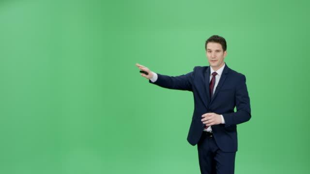 kaukasiska mannen i mörk blå kostym presentera väderprognosen - presentation tal bildbanksvideor och videomaterial från bakom kulisserna