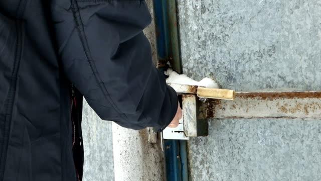 白人男回転キーとオープンの古い金属ゲート - 錆びている点の映像素材/bロール