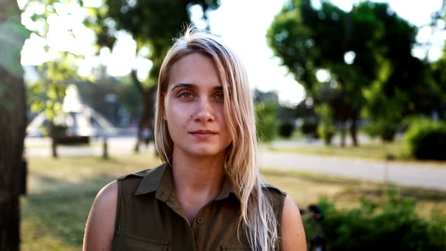 白人の控えめな女の子はカメラ目線 - 映画用カメラ点の映像素材/bロール