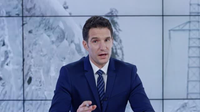 vídeos de stock e filmes b-roll de ld caucasian news anchorman presenting the update on the severe snow conditions - weatherman