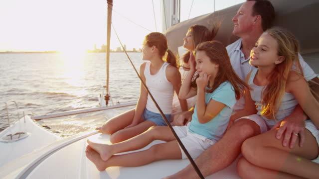 vídeos y material grabado en eventos de stock de hijas y padres caucásicos vacaciones velero familiar - planificación financiera