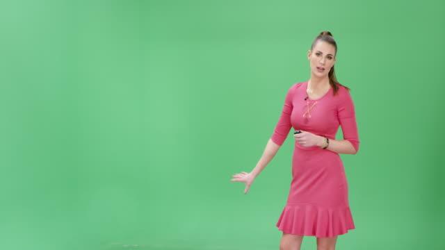 vídeos de stock e filmes b-roll de caucasian weather girl presenting the weather forecast - weatherman