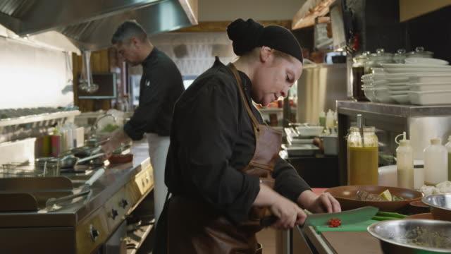 キッチンで調理白人女性 - 料理人点の映像素材/bロール
