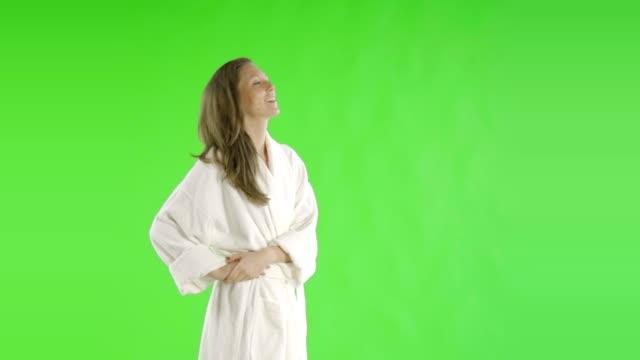 vidéos et rushes de femme caucasienne greenscreen découpe santé beauté peignoir - peignoir