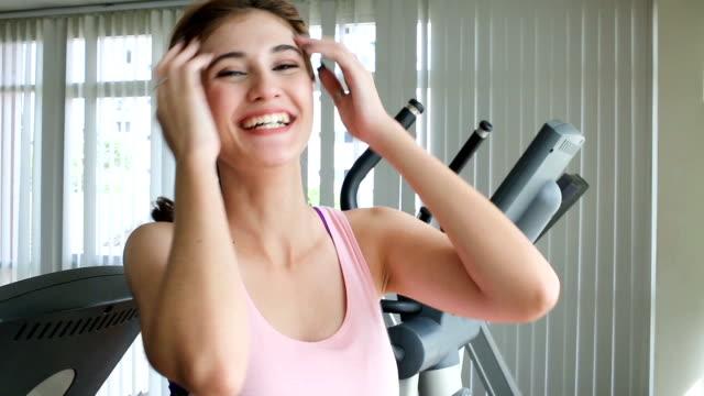 kaukasische frau glücklich lachend nach einem training im fitness-center - gymnastikanzug stock-videos und b-roll-filmmaterial