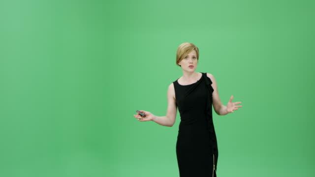 vídeos de stock e filmes b-roll de caucasian woman in a black dress talking about the weather forecasts - weatherman