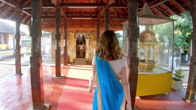 vídeos de stock e filmes b-roll de caucasian woman is praying in sri dalada maligawa temple - buda