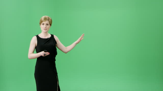 vídeos de stock e filmes b-roll de caucasian woman with short blonde hair presenting the weather forecast - weatherman