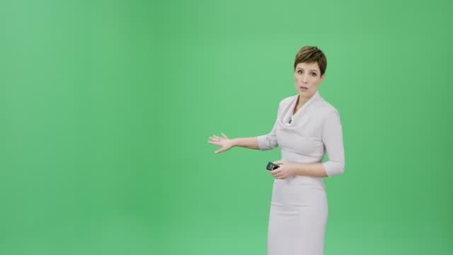 天気予報を示す短い髪の白人女性 - ジャーナリスト点の映像素材/bロール