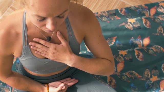 ragazza yoga caucasica che si rilassa sul tappetino - torace umano video stock e b–roll