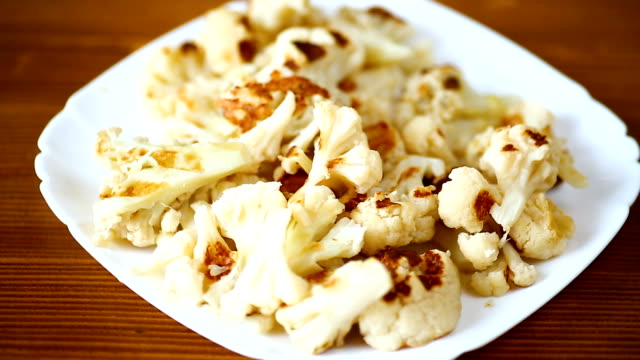 vídeos de stock, filmes e b-roll de couve-flor, cozida sem manteiga na grelha - dieta paleo