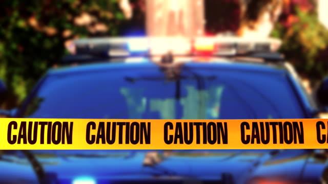 försiktighet tejp polis bil, brottslighet scen linje, gul tejp varning nödläge - kriminell bildbanksvideor och videomaterial från bakom kulisserna