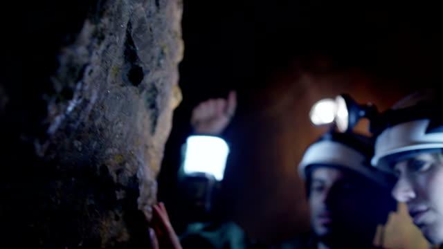 stockvideo's en b-roll-footage met cave exploration - geologie