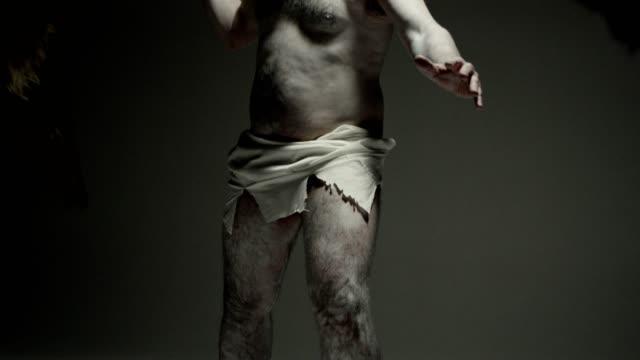 caveman - modern konst. frysa pose. - fornhistorisk tid bildbanksvideor och videomaterial från bakom kulisserna