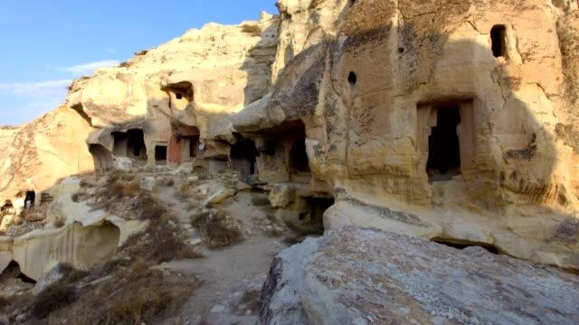 türkiye'de kapadokya dağlarında mağaralar - fallus şeklinde stok videoları ve detay görüntü çekimi