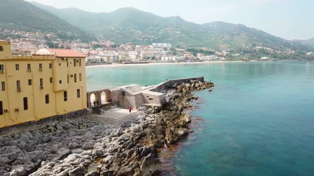 cefalu beach, sicilien. - kustlinje bildbanksvideor och videomaterial från bakom kulisserna