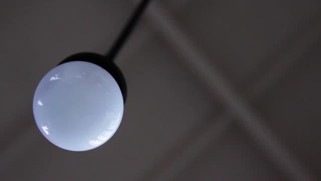 vídeos de stock, filmes e b-roll de lâmpada do teto está ativada. - led