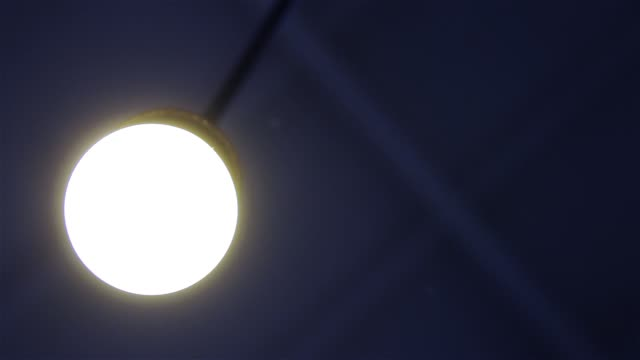 tavan lambası yanar. - avize aydınlatma ürünleri stok videoları ve detay görüntü çekimi