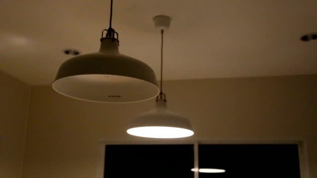 lampade a soffitto. - soffitto video stock e b–roll