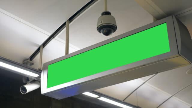 taket train station tom annons elektroniska panelen tecken - billboard train station bildbanksvideor och videomaterial från bakom kulisserna