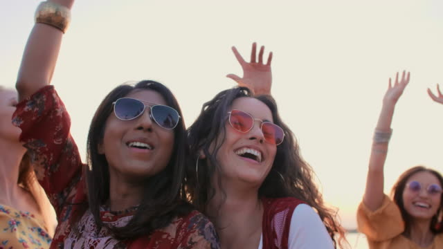 feiern sie den sommertag auf der strandparty - musikfestival stock-videos und b-roll-filmmaterial