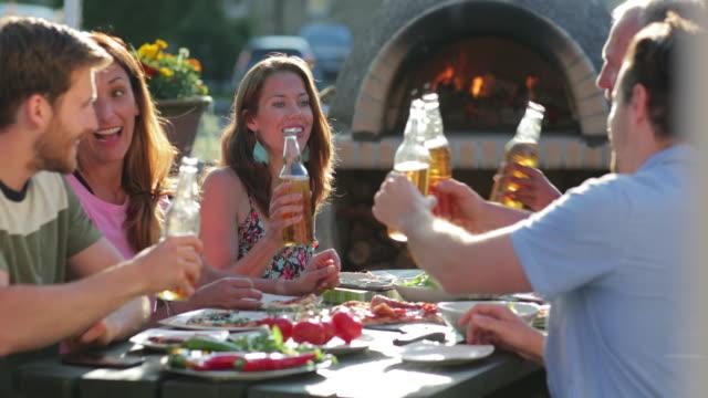vidéos et rushes de célébration de l'amitié - diner entre amis