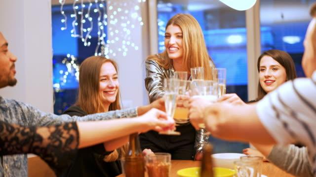 Celebración de fin de año y brindando con champagne - vídeo