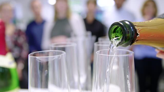 vídeos de stock, filmes e b-roll de comemorando o partido do escritório com champanhe - festas no escritório