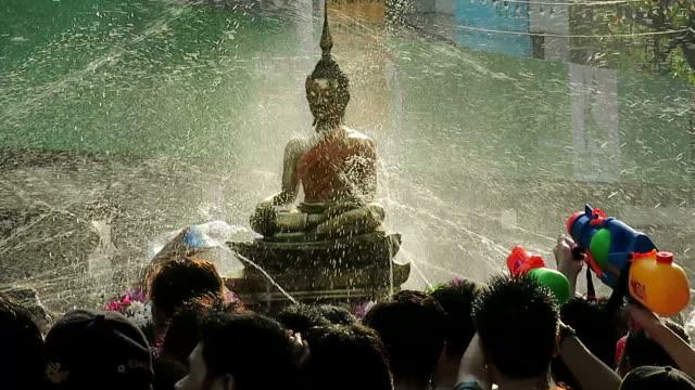vídeos de stock, filmes e b-roll de celebrando tradicional de ano novo da tailândia - ano novo budista