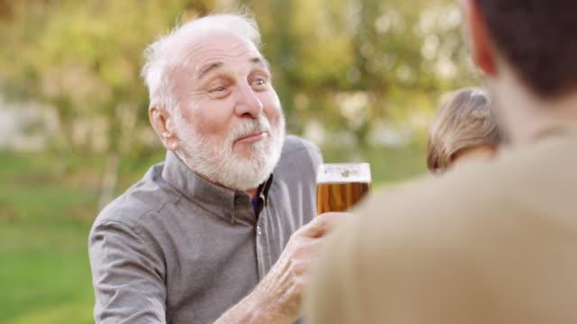 Comemorando com cerveja - vídeo