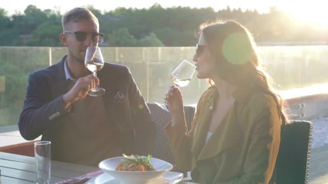 firar med vitt vin - vitt vin glas bildbanksvideor och videomaterial från bakom kulisserna