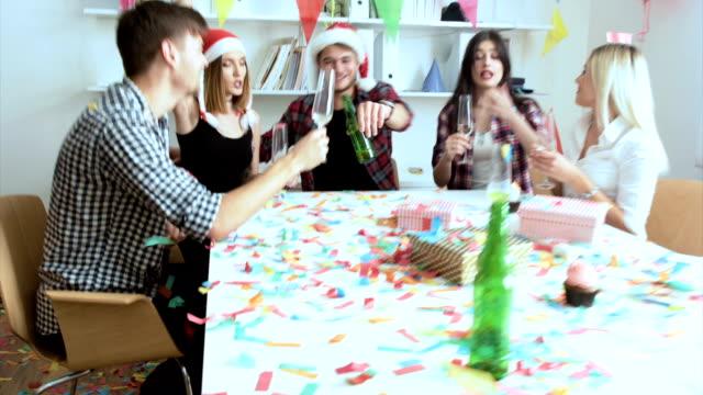 vídeos de stock, filmes e b-roll de celebração de ano novo - festas no escritório